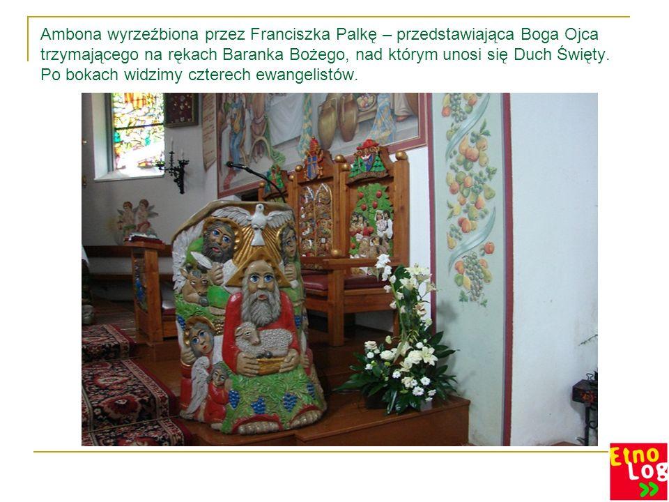 Ambona wyrzeźbiona przez Franciszka Palkę – przedstawiająca Boga Ojca trzymającego na rękach Baranka Bożego, nad którym unosi się Duch Święty.