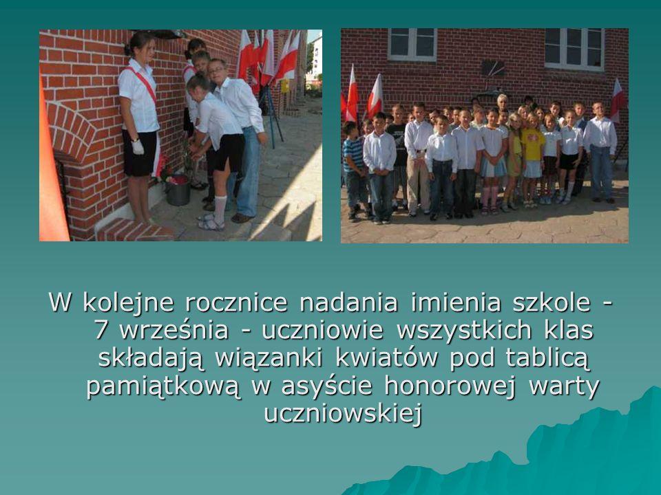 W kolejne rocznice nadania imienia szkole - 7 września - uczniowie wszystkich klas składają wiązanki kwiatów pod tablicą pamiątkową w asyście honorowej warty uczniowskiej