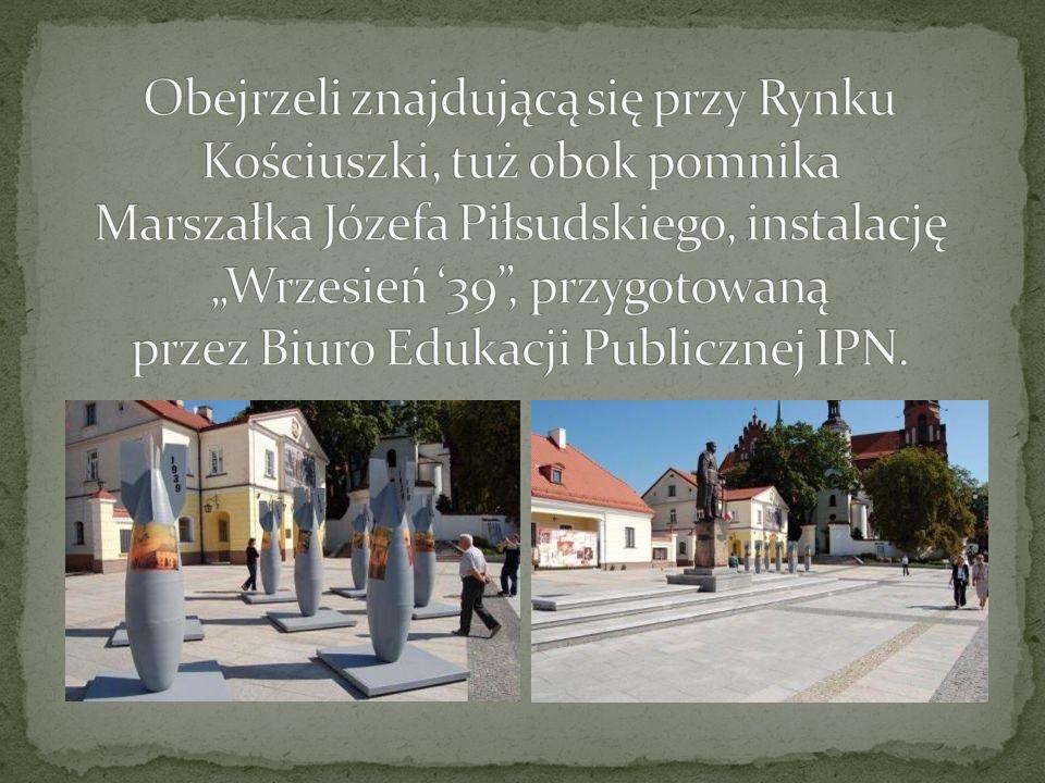 """Obejrzeli znajdującą się przy Rynku Kościuszki, tuż obok pomnika Marszałka Józefa Piłsudskiego, instalację """"Wrzesień '39 , przygotowaną przez Biuro Edukacji Publicznej IPN."""