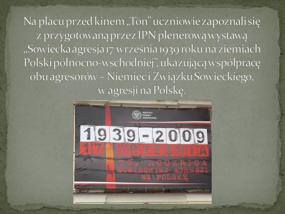 """Na placu przed kinem """"Ton uczniowie zapoznali się z przygotowaną przez IPN plenerową wystawą """"Sowiecka agresja 17 września 1939 roku na ziemiach Polski północno-wschodniej , ukazującą współpracę obu agresorów – Niemiec i Związku Sowieckiego, w agresji na Polskę."""