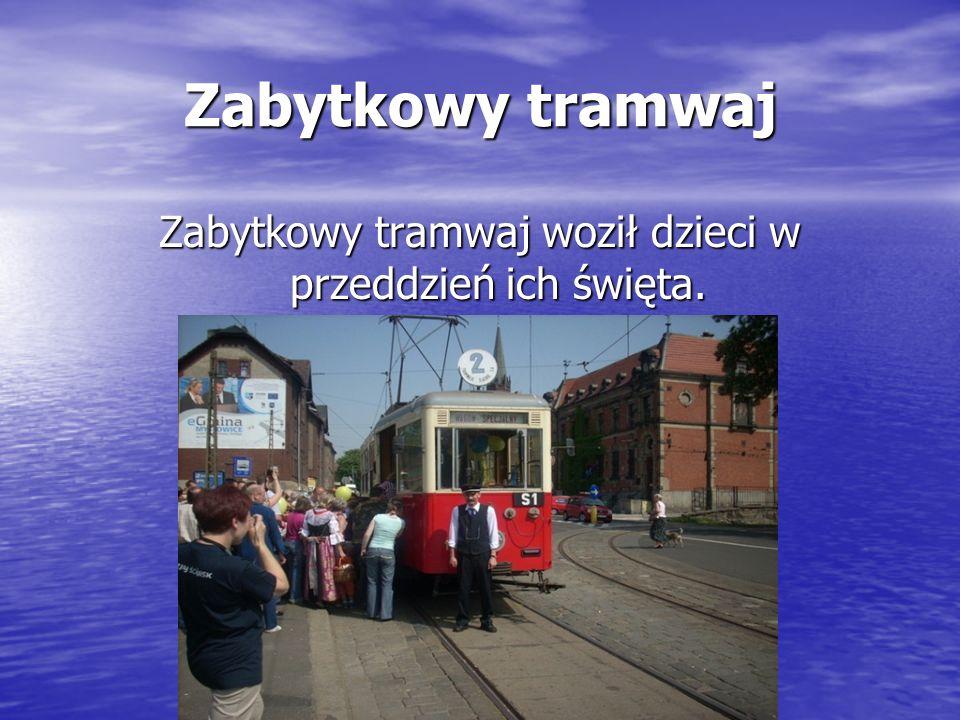Zabytkowy tramwaj woził dzieci w przeddzień ich święta.