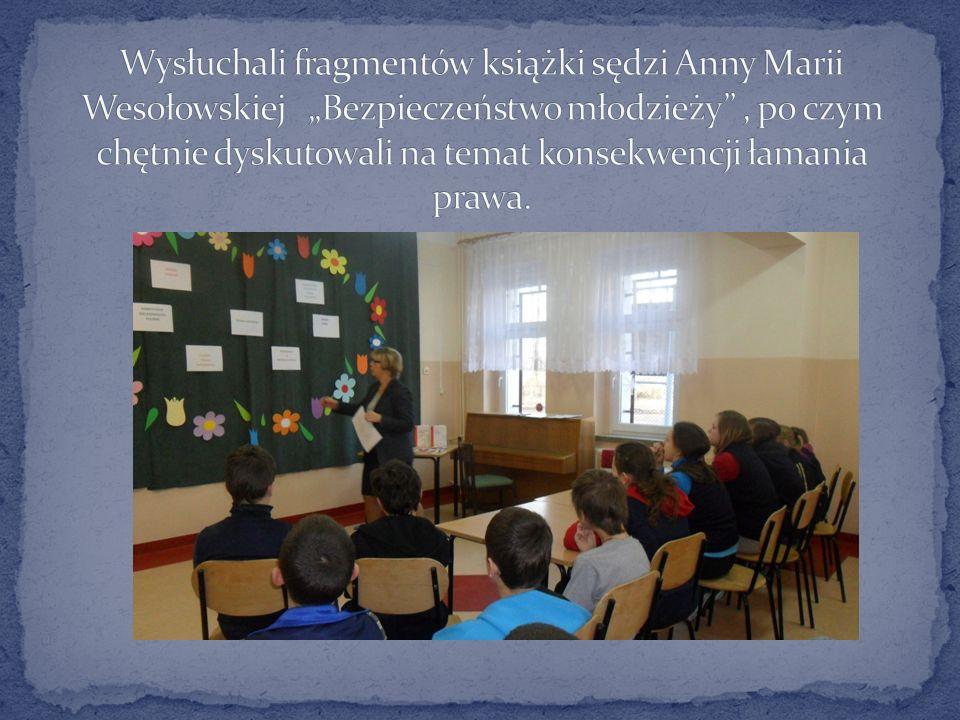 """Wysłuchali fragmentów książki sędzi Anny Marii Wesołowskiej """"Bezpieczeństwo młodzieży , po czym chętnie dyskutowali na temat konsekwencji łamania prawa."""
