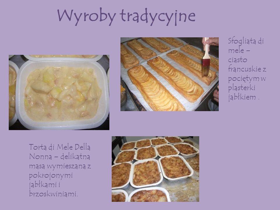 Wyroby tradycyjne Sfogliata di mele – ciasto francuskie z pociętym w plasterki jabłkiem .