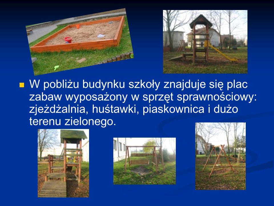 W pobliżu budynku szkoły znajduje się plac zabaw wyposażony w sprzęt sprawnościowy: zjeżdżalnia, huśtawki, piaskownica i dużo terenu zielonego.