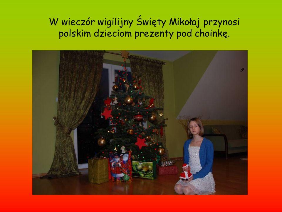 W wieczór wigilijny Święty Mikołaj przynosi polskim dzieciom prezenty pod choinkę.