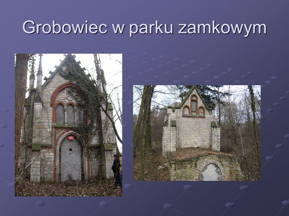Grobowiec w parku zamkowym