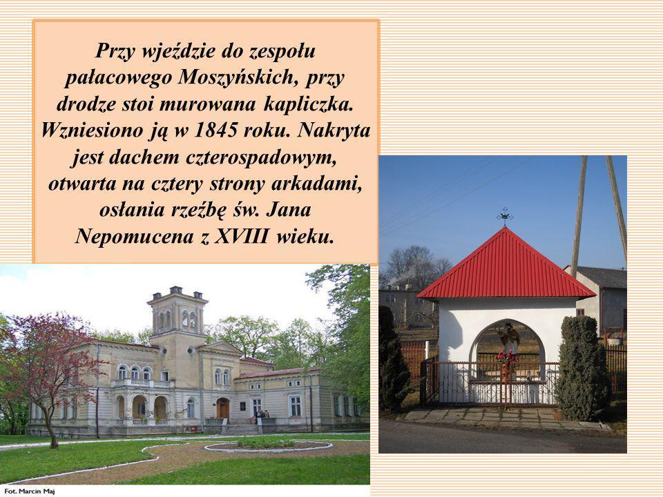 Przy wjeździe do zespołu pałacowego Moszyńskich, przy drodze stoi murowana kapliczka.
