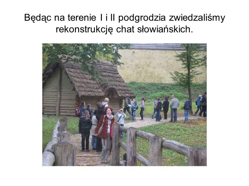 Będąc na terenie I i II podgrodzia zwiedzaliśmy rekonstrukcję chat słowiańskich.