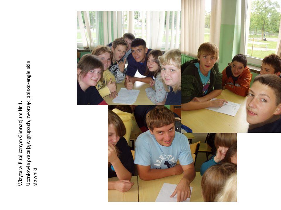 Uczniowie pracują w grupach, tworząc polsko-angielskie słowniki