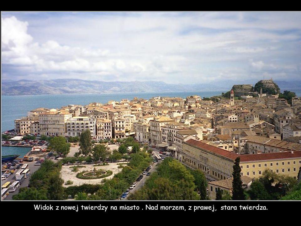 Widok z nowej twierdzy na miasto . Nad morzem, z prawej, stara twierdza.