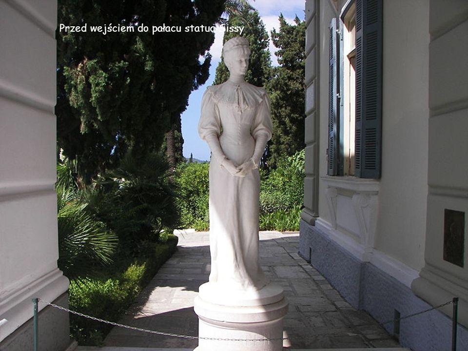 Przed wejściem do pałacu statua Sissy