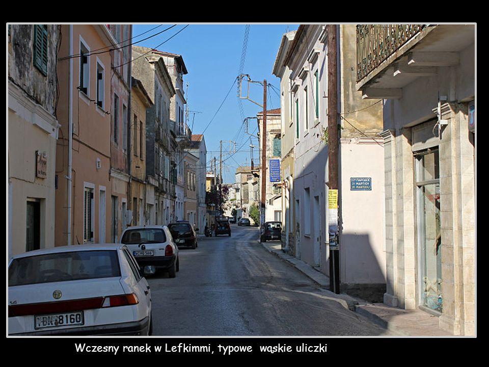 Wczesny ranek w Lefkimmi, typowe wąskie uliczki