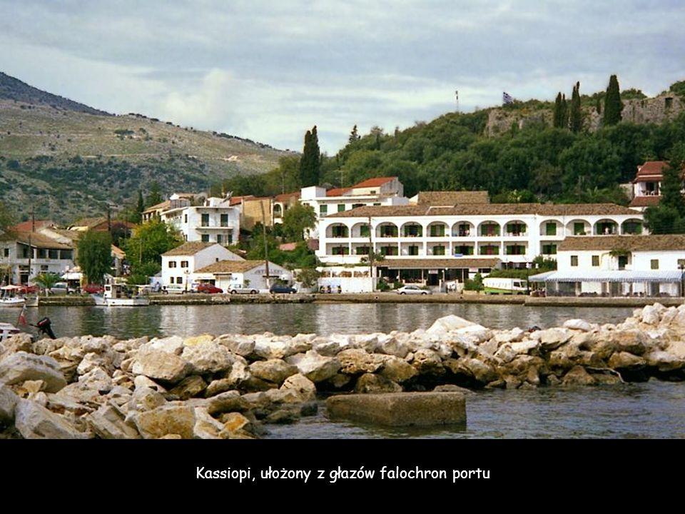 Kassiopi, ułożony z głazów falochron portu