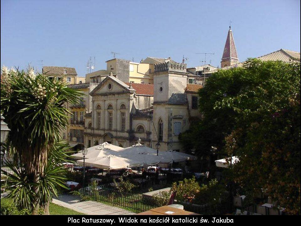 Plac Ratuszowy. Widok na kościół katolicki św. Jakuba