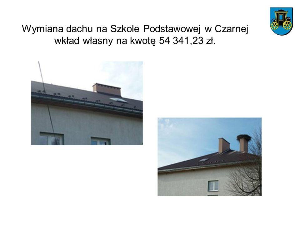 Wymiana dachu na Szkole Podstawowej w Czarnej wkład własny na kwotę 54 341,23 zł.