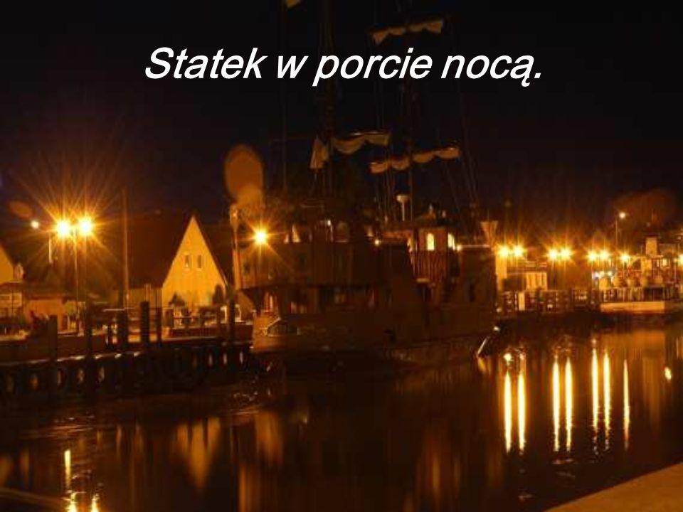Statek w porcie nocą.