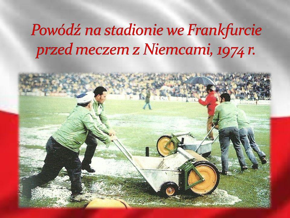 Powódź na stadionie we Frankfurcie przed meczem z Niemcami, 1974 r.