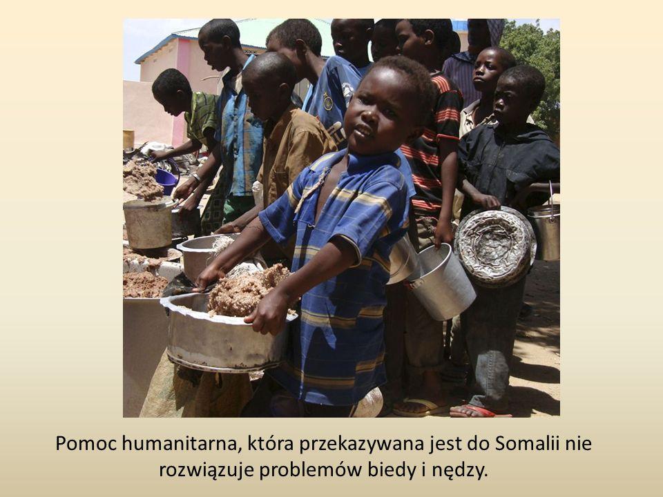Pomoc humanitarna, która przekazywana jest do Somalii nie rozwiązuje problemów biedy i nędzy.