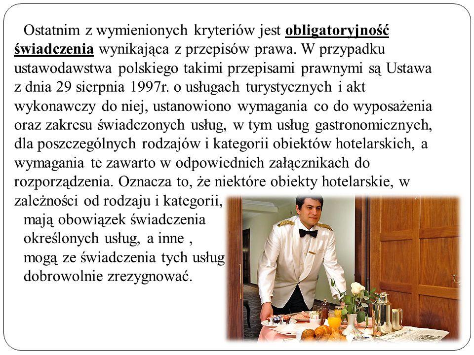 Ostatnim z wymienionych kryteriów jest obligatoryjność świadczenia wynikająca z przepisów prawa. W przypadku ustawodawstwa polskiego takimi przepisami prawnymi są Ustawa z dnia 29 sierpnia 1997r. o usługach turystycznych i akt wykonawczy do niej, ustanowiono wymagania co do wyposażenia oraz zakresu świadczonych usług, w tym usług gastronomicznych, dla poszczególnych rodzajów i kategorii obiektów hotelarskich, a wymagania te zawarto w odpowiednich załącznikach do rozporządzenia. Oznacza to, że niektóre obiekty hotelarskie, w zależności od rodzaju i kategorii,