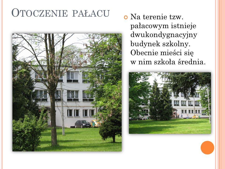 Otoczenie pałacu Na terenie tzw. pałacowym istnieje dwukondygnacyjny budynek szkolny.