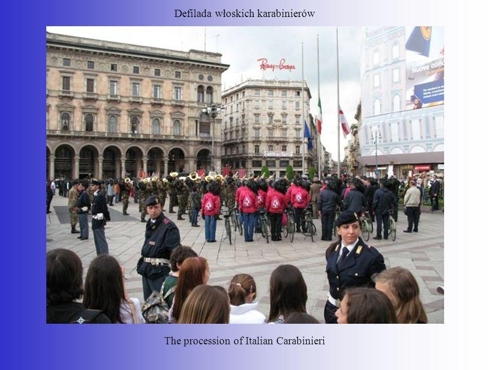 Defilada włoskich karabinierów