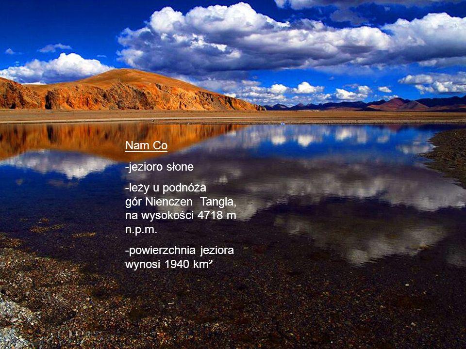 Nam Co -jezioro słone. -leży u podnóża gór Nienczen Tangla, na wysokości 4718 m n.p.m.
