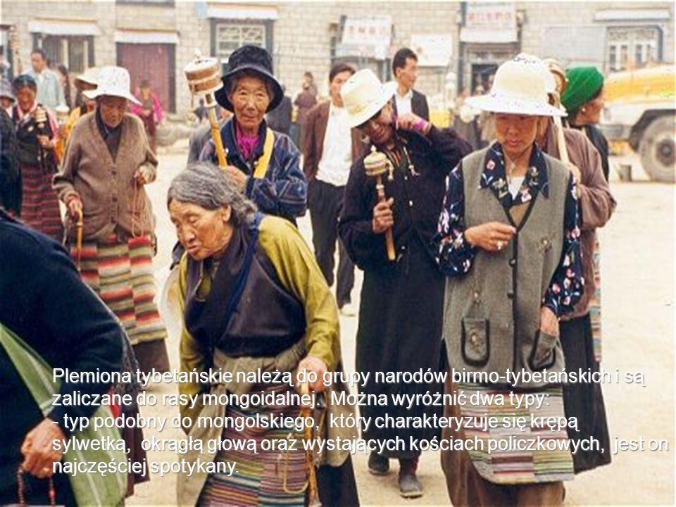 Plemiona tybetańskie należą do grupy narodów birmo-tybetańskich i są zaliczane do rasy mongoidalnej. Można wyróżnić dwa typy: - typ podobny do mongolskiego, który charakteryzuje się krępą sylwetką, okrągłą głową oraz wystających kościach policzkowych, jest on najczęściej spotykany.