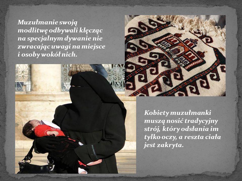 Muzułmanie swoją modlitwę odbywali klęcząc na specjalnym dywanie nie zwracając uwagi na miejsce i osoby wokół nich.