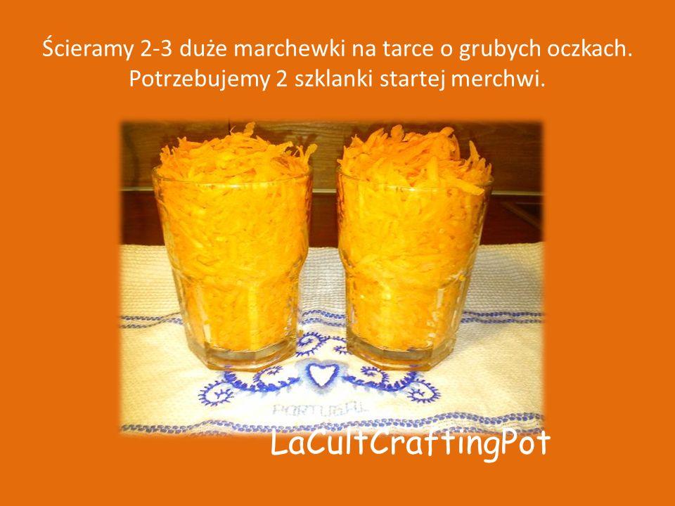 Ścieramy 2-3 duże marchewki na tarce o grubych oczkach