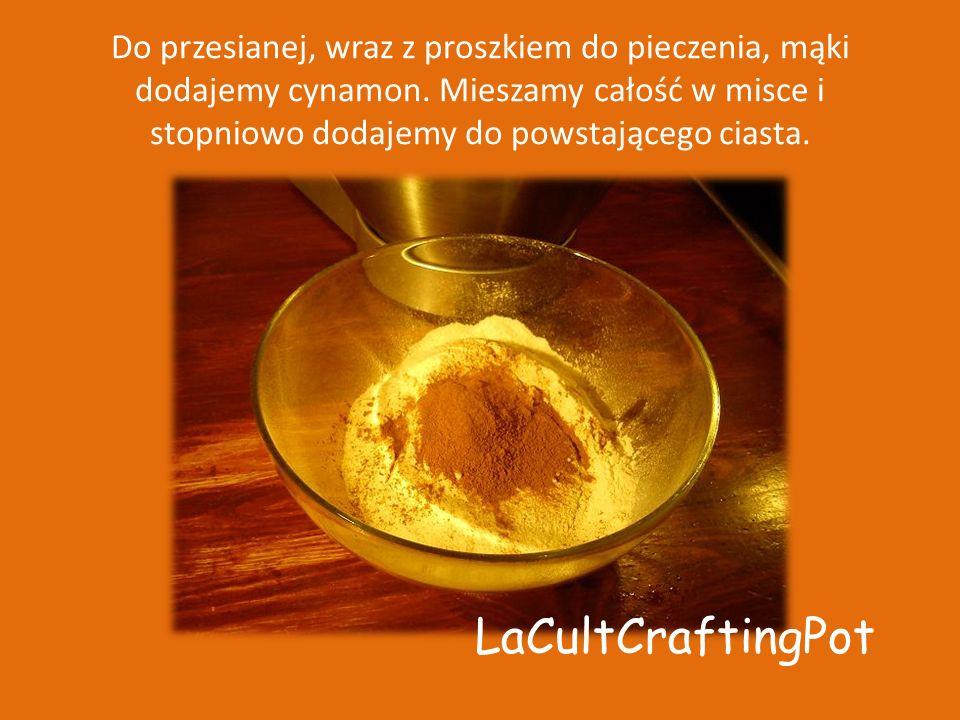 Do przesianej, wraz z proszkiem do pieczenia, mąki dodajemy cynamon
