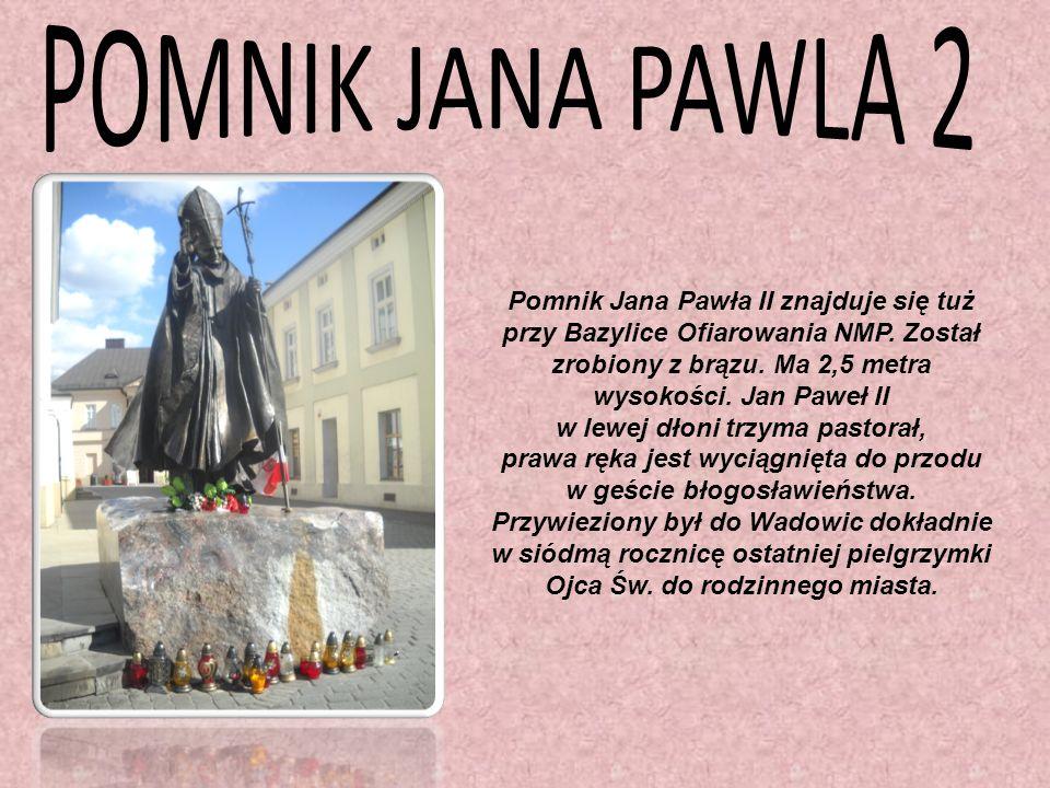 Pomnik Jana Pawła II znajduje się tuż w lewej dłoni trzyma pastorał,