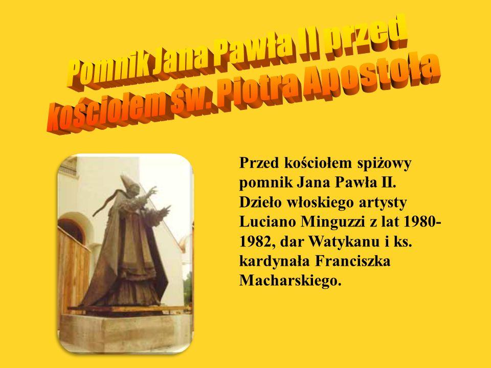 Pomnik Jana Pawła II przed kościołem św. Piotra Apostoła
