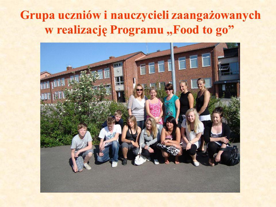 """Grupa uczniów i nauczycieli zaangażowanych w realizację Programu """"Food to go"""