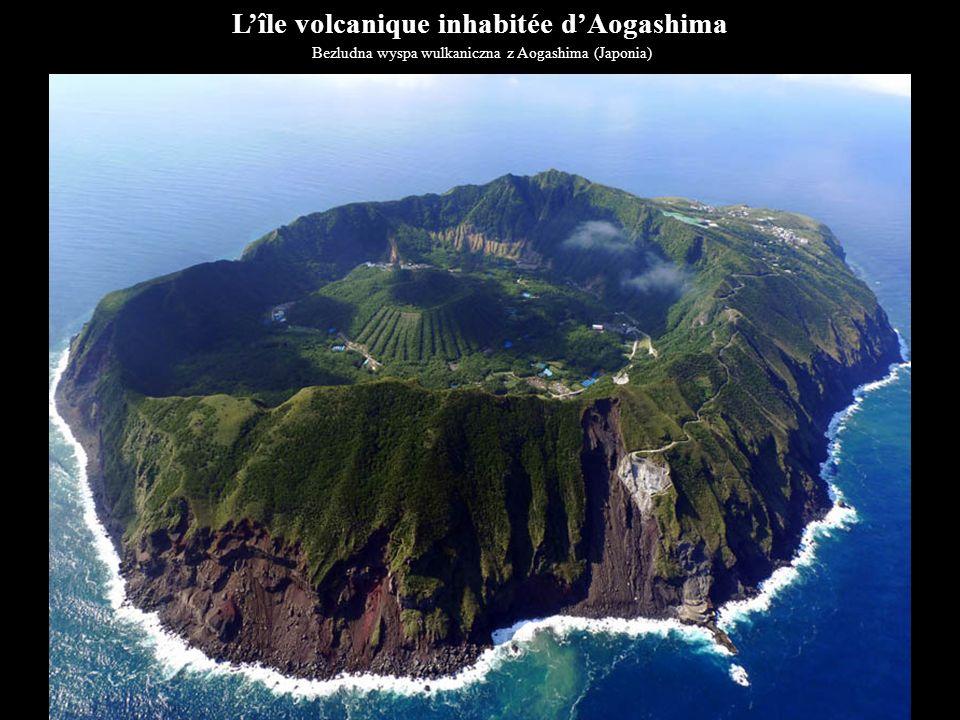 L'île volcanique inhabitée d'Aogashima