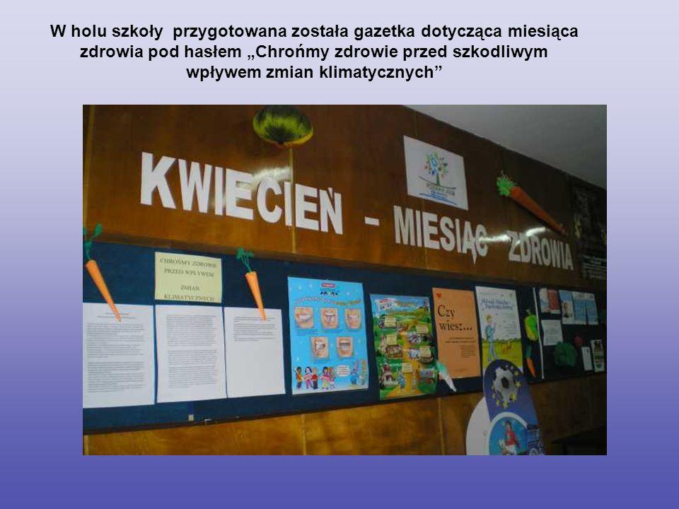 """W holu szkoły przygotowana została gazetka dotycząca miesiąca zdrowia pod hasłem """"Chrońmy zdrowie przed szkodliwym wpływem zmian klimatycznych"""
