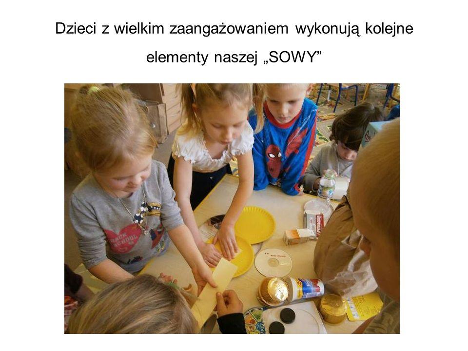 """Dzieci z wielkim zaangażowaniem wykonują kolejne elementy naszej """"SOWY"""