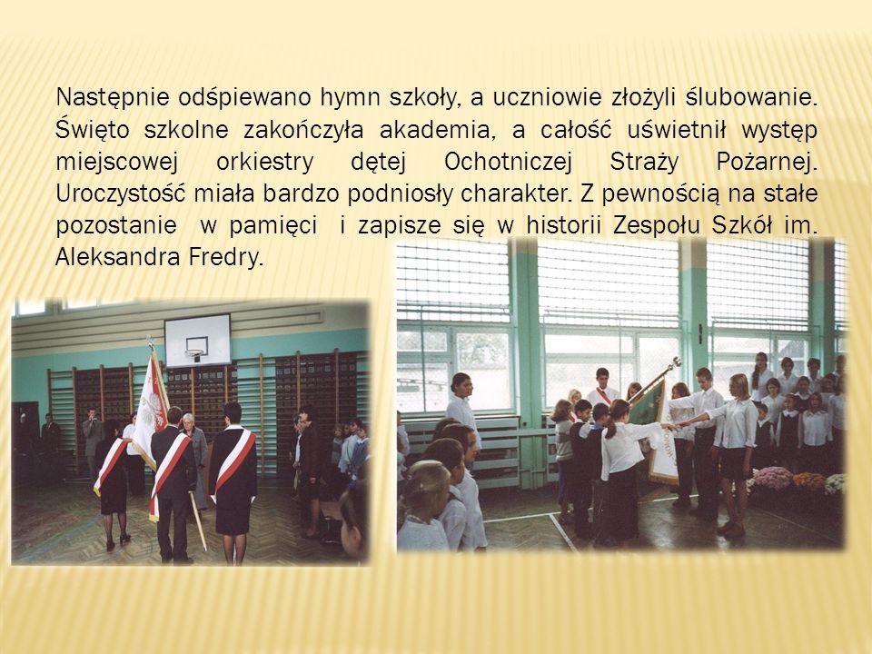 Następnie odśpiewano hymn szkoły, a uczniowie złożyli ślubowanie