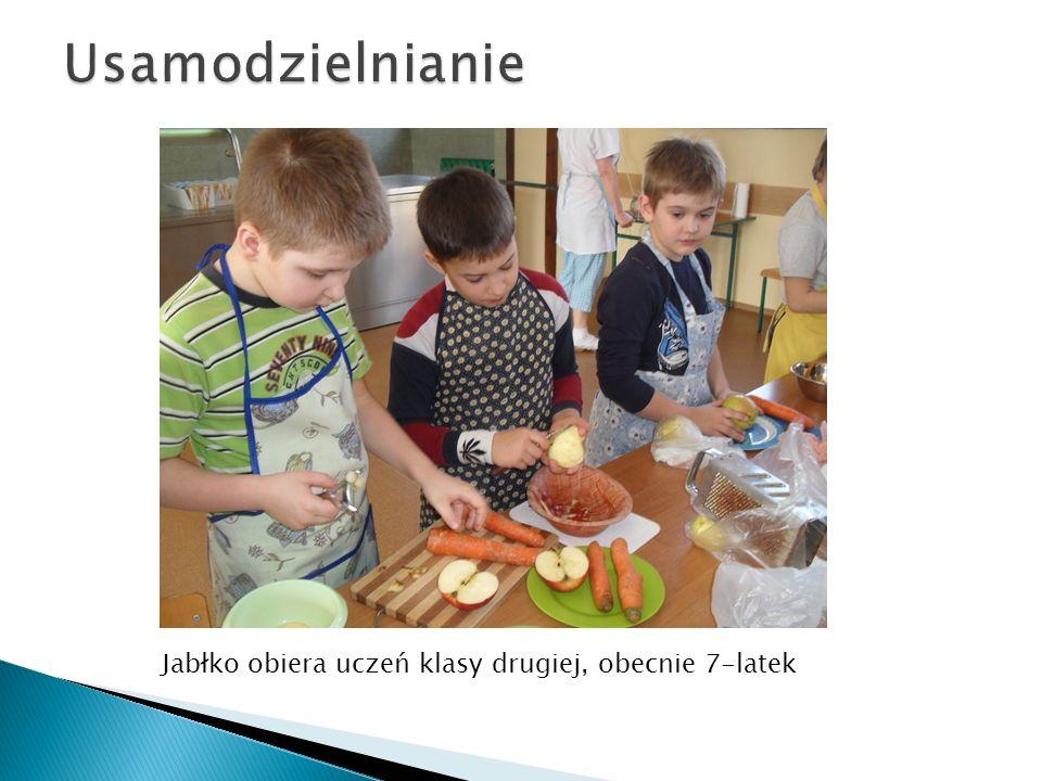Usamodzielnianie Jabłko obiera uczeń klasy drugiej, obecnie 7-latek