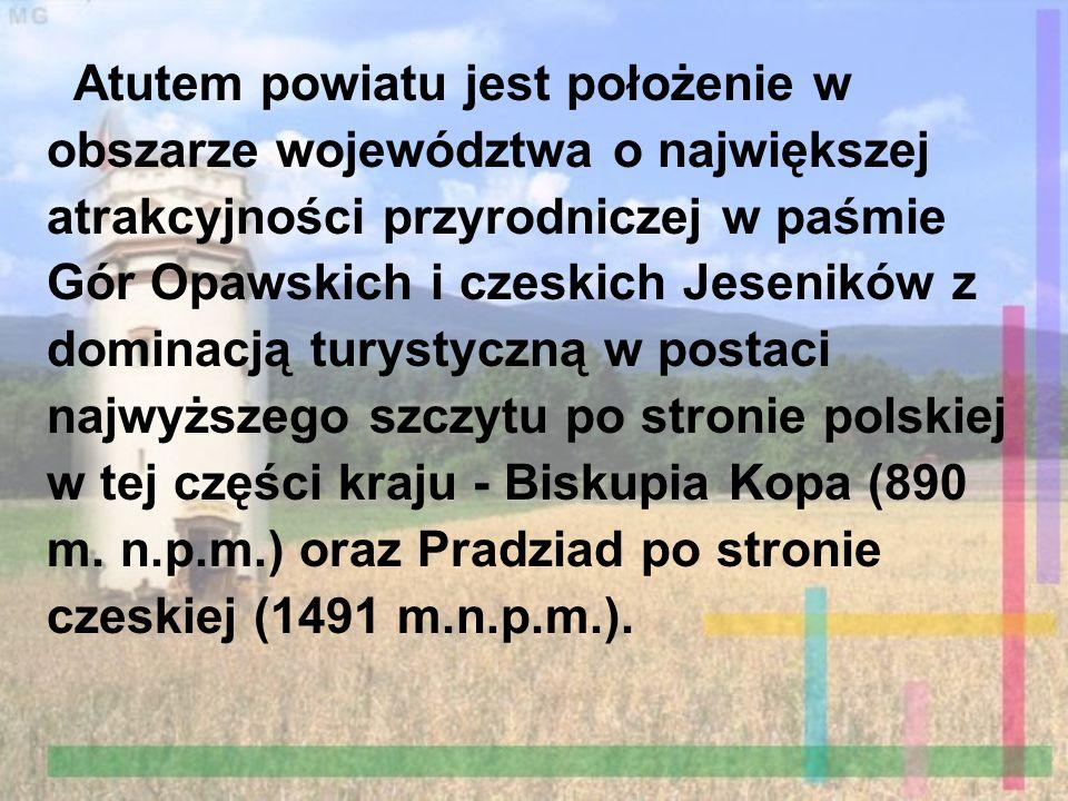 Atutem powiatu jest położenie w obszarze województwa o największej atrakcyjności przyrodniczej w paśmie Gór Opawskich i czeskich Jeseników z dominacją turystyczną w postaci najwyższego szczytu po stronie polskiej w tej części kraju - Biskupia Kopa (890 m. n.p.m.) oraz Pradziad po stronie