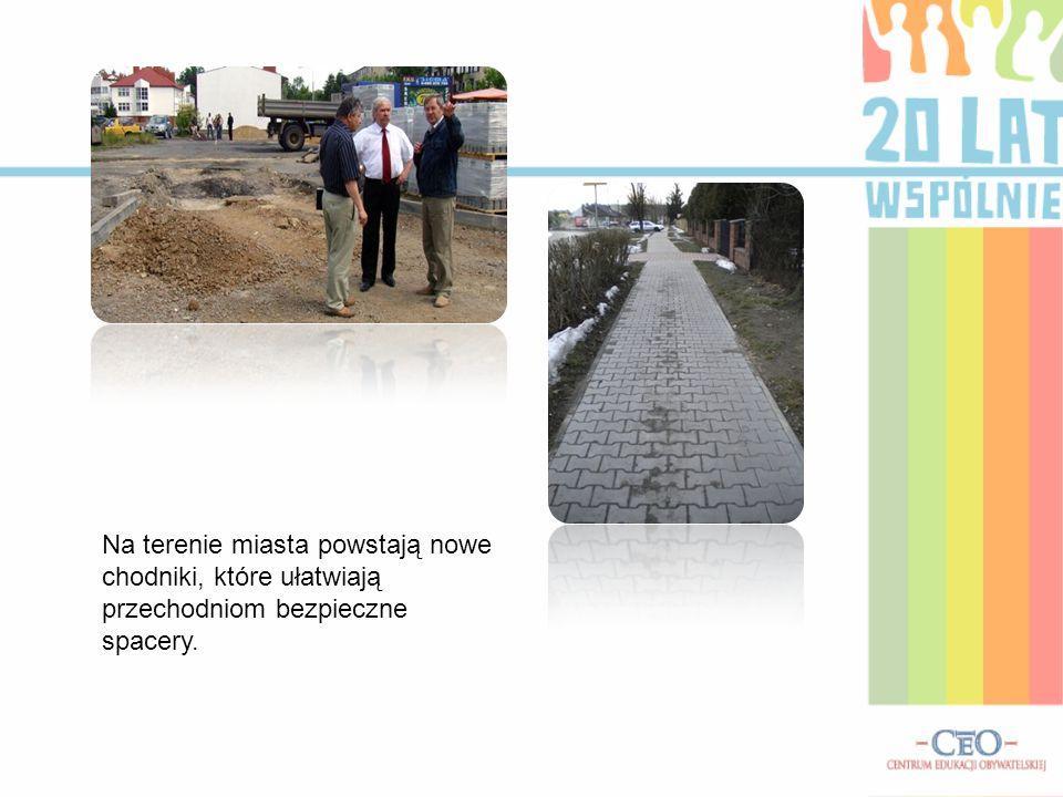 Na terenie miasta powstają nowe chodniki, które ułatwiają przechodniom bezpieczne spacery.