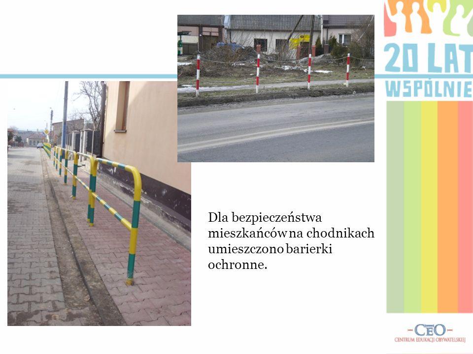 Dla bezpieczeństwa mieszkańców na chodnikach umieszczono barierki ochronne.