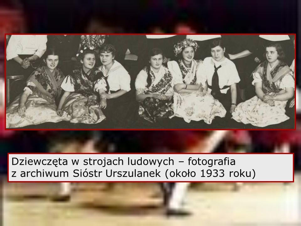Dziewczęta w strojach ludowych – fotografia z archiwum Sióstr Urszulanek (około 1933 roku)