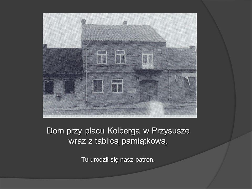 Dom przy placu Kolberga w Przysusze wraz z tablicą pamiątkową.