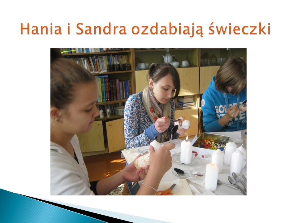 Hania i Sandra ozdabiają świeczki