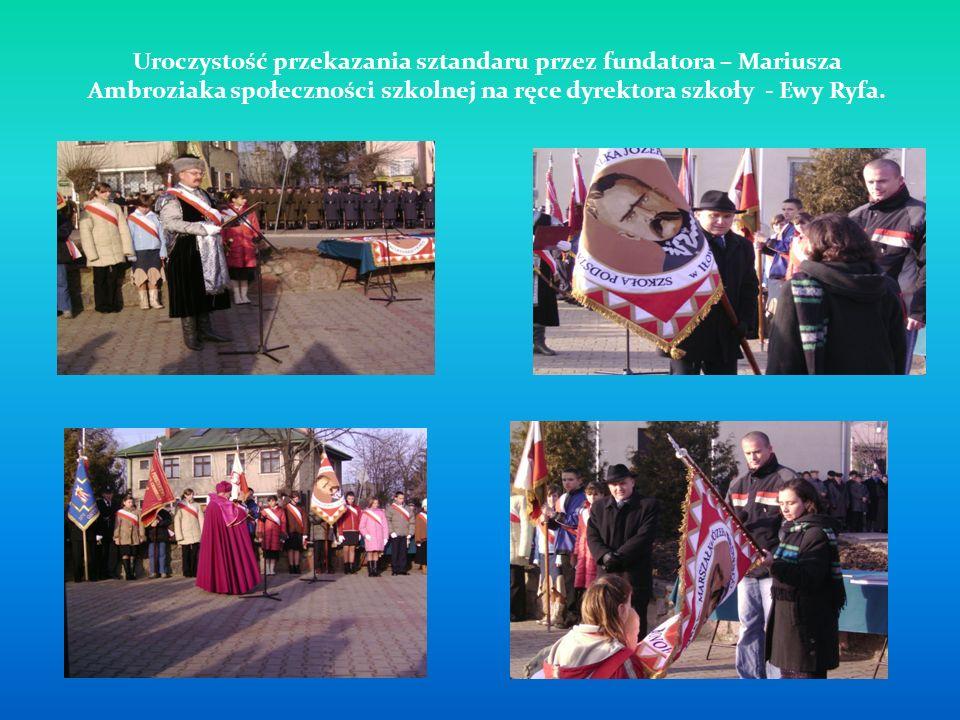 Uroczystość przekazania sztandaru przez fundatora – Mariusza Ambroziaka społeczności szkolnej na ręce dyrektora szkoły - Ewy Ryfa.