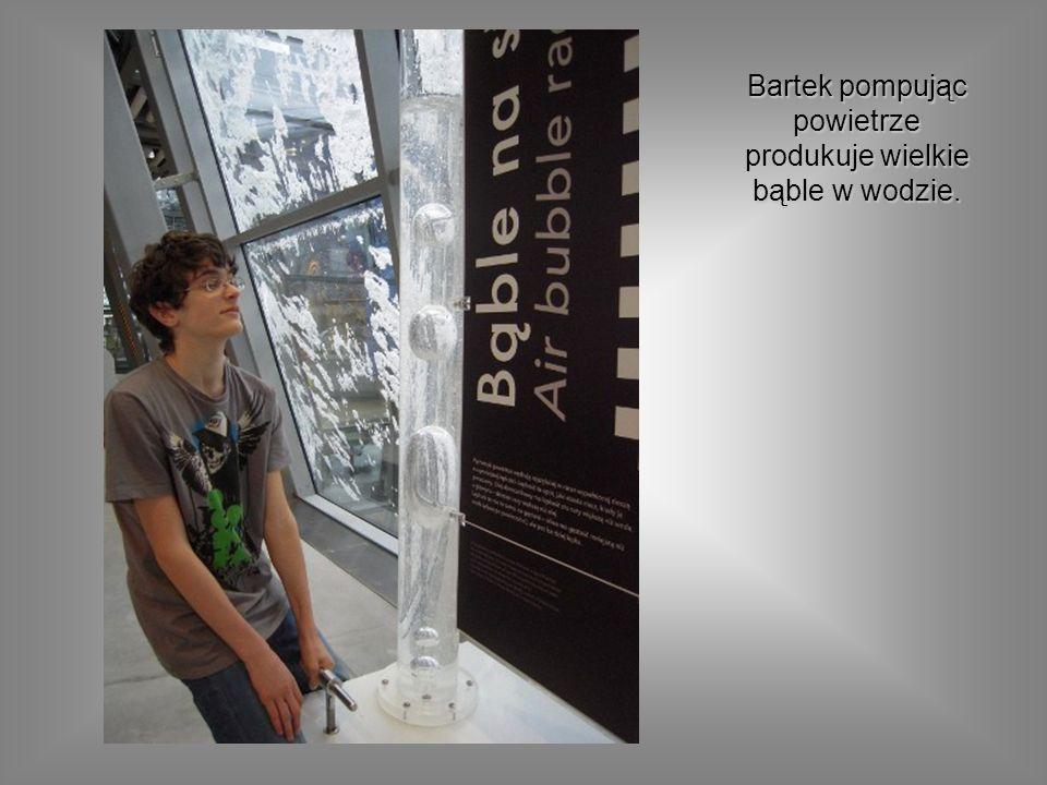 Bartek pompując powietrze produkuje wielkie bąble w wodzie.