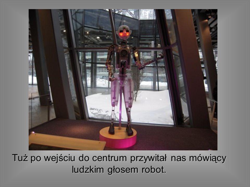 Tuż po wejściu do centrum przywitał nas mówiący ludzkim głosem robot.
