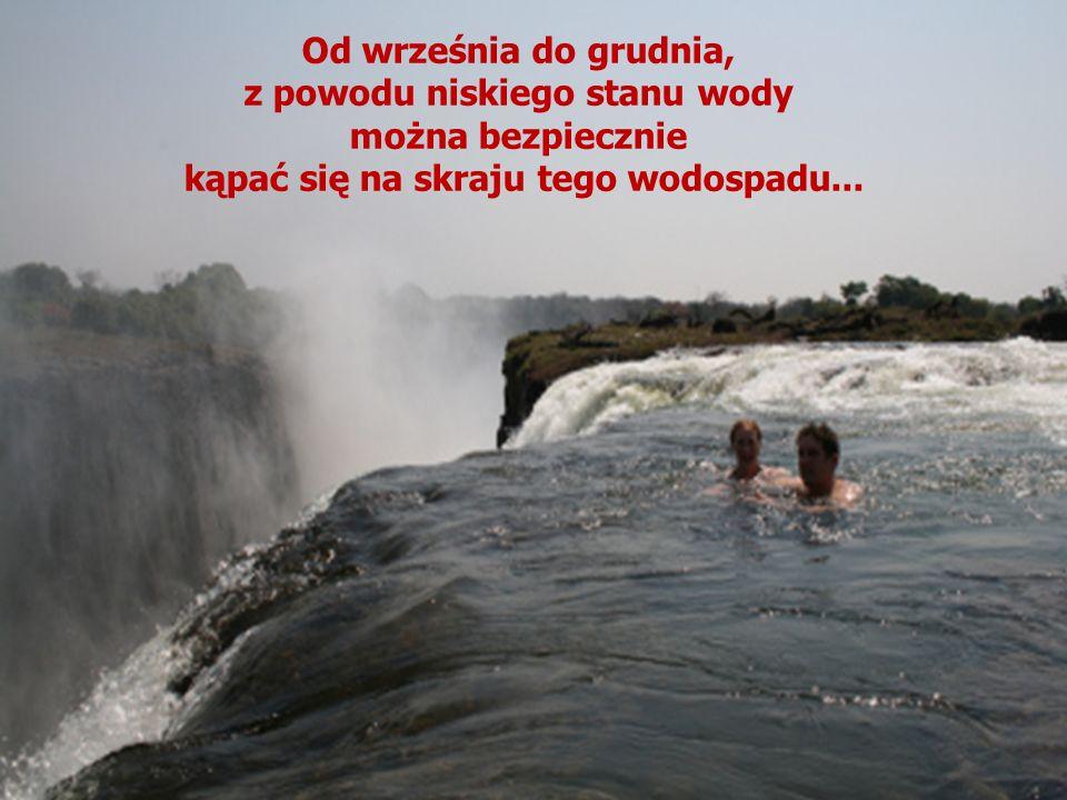 z powodu niskiego stanu wody kąpać się na skraju tego wodospadu...