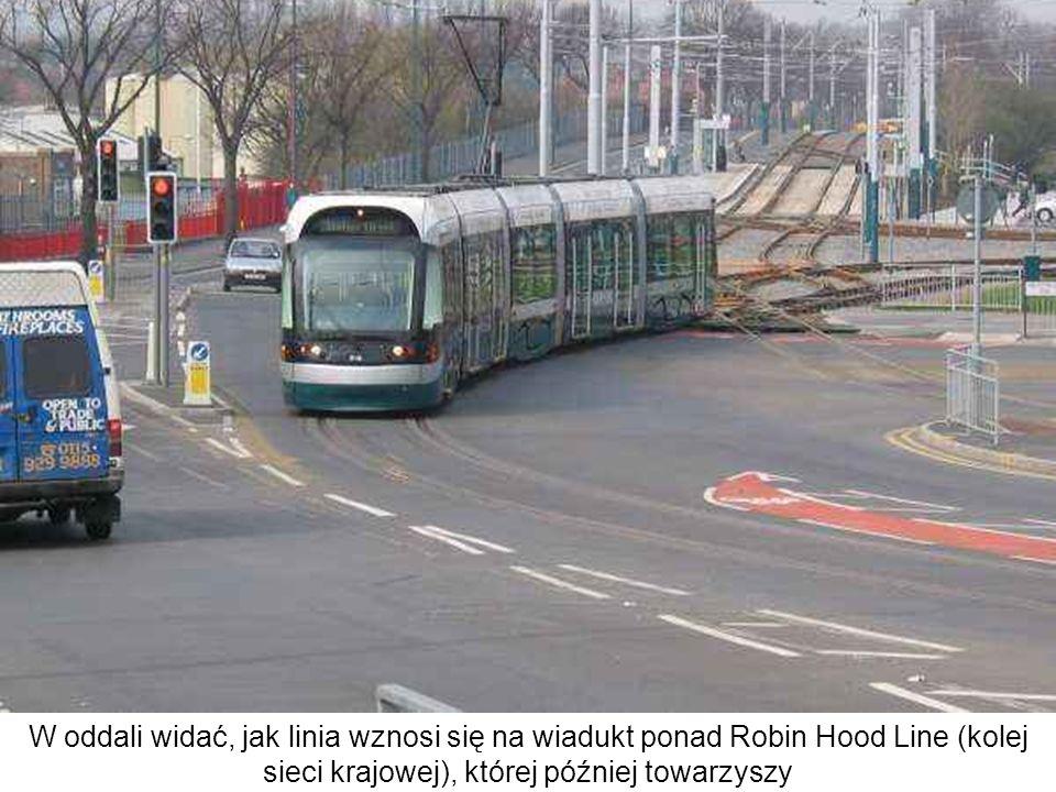 W oddali widać, jak linia wznosi się na wiadukt ponad Robin Hood Line (kolej sieci krajowej), której później towarzyszy