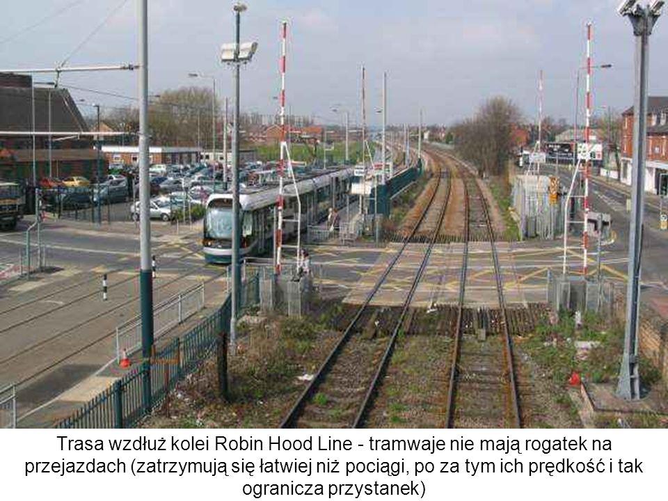 Trasa wzdłuż kolei Robin Hood Line - tramwaje nie mają rogatek na przejazdach (zatrzymują się łatwiej niż pociągi, po za tym ich prędkość i tak ogranicza przystanek)